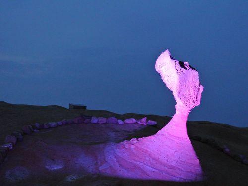 ライトアップされ、幻想的に彩られた「女王の頭」=観光局提供