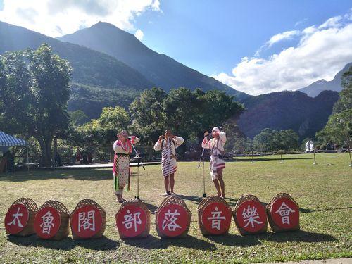歌を披露するタロコ族の人たち=タロコ国家公園管理処提供