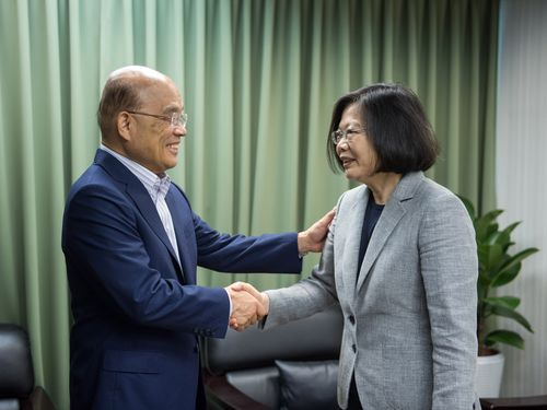 蔡英文総統(右)と握手をする蘇貞昌氏=民進党提供