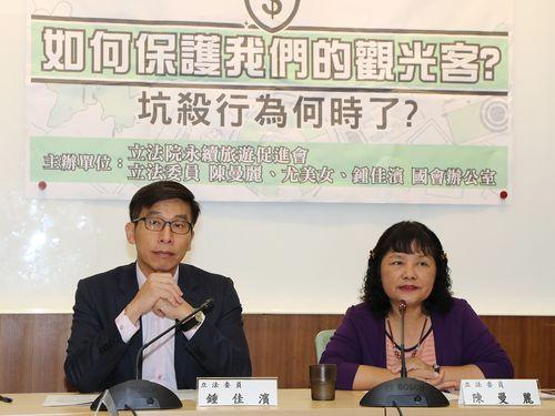 観光客へのぼったくり撲滅を訴える(左から)民進党所属の鍾佳浜議員と陳曼麗議員