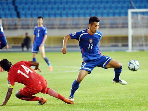 3月27日のシンガポール戦で決勝点となるゴールを挙げる陳柏良(手前右)