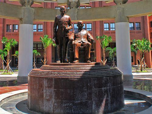 中山大の図書館前に設置される蒋介石の立像(左)と孫文の坐像=同大提供