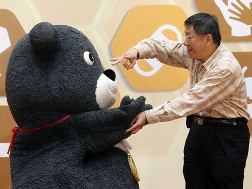 柯文哲台北市長とじゃれ合う同市政府のマスコット「熊讃Bravo」
