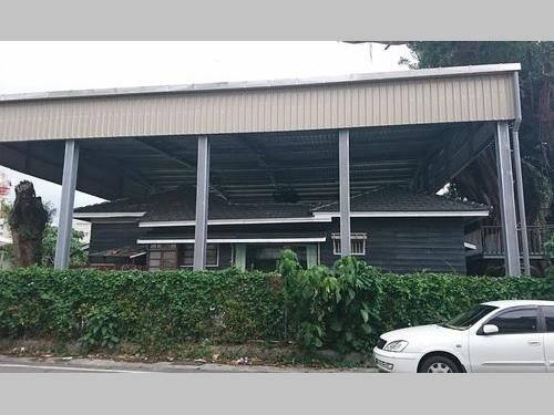 トタン屋根が設置される「旧専売局長宿舎」