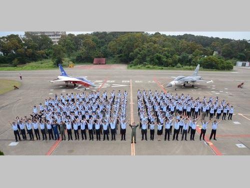 高等練習機製造へ決起集会を行った漢翔航空工業の社員ら=資料写真(同社提供)