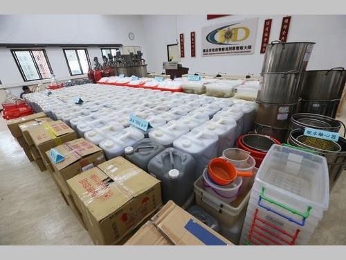 押収されたアンフェタミンや製造途中段階の液体、器具など