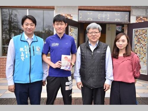 花蓮県の高校でチャリティー講演会を開いた井上真悟さん(左から2人目)。同1人目は魏嘉賢・花蓮市長
