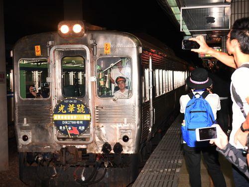 元花形特急列車「光華号」DR2700型気動車の勇姿をカメラに収めようとする鉄道ファンら