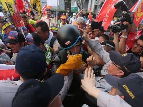 警察ともみ合いになったデモ参加者ら