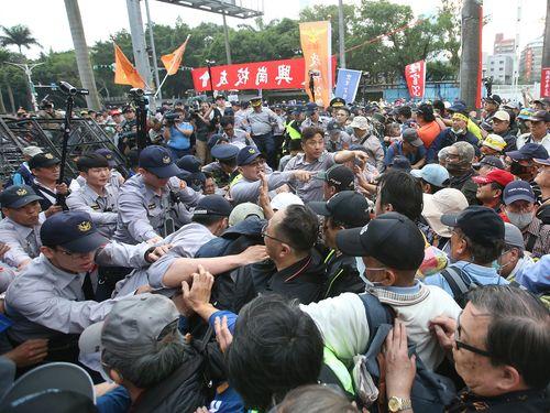 警官隊と激しくもみ合うデモ参加者