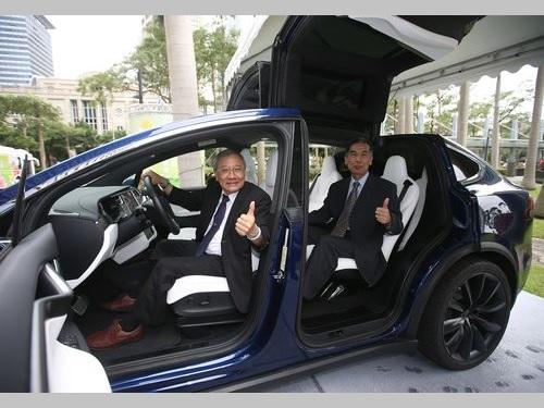 電気自動車に試乗する台湾中油の戴謙董事長(左)