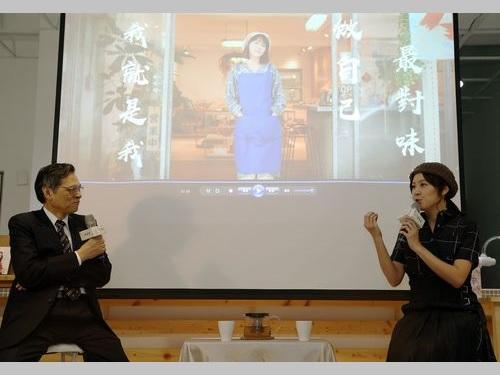 台湾での生活を語る蒋雅文さん(右)