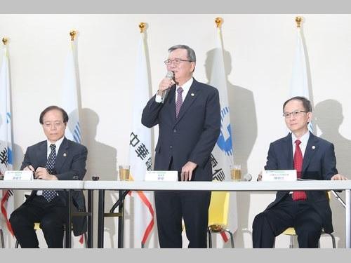 記者会見に臨む中華電信の鄭優董事長(中央)