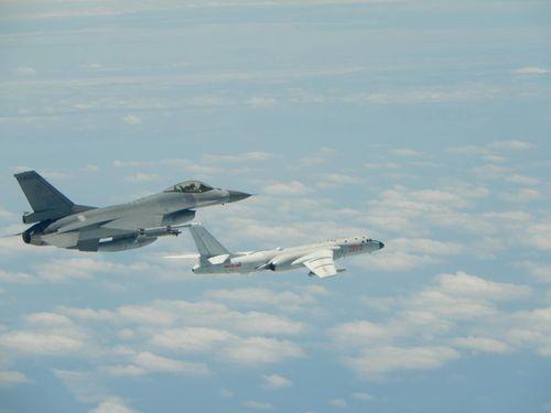 人民解放軍のH6爆撃機の監視に当たった国軍のF-16戦闘機(左)=空軍司令部提供