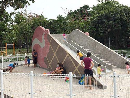 台中市の福星公園でお目見えしたアイスクリームの形をした滑り台=台中市政府提供