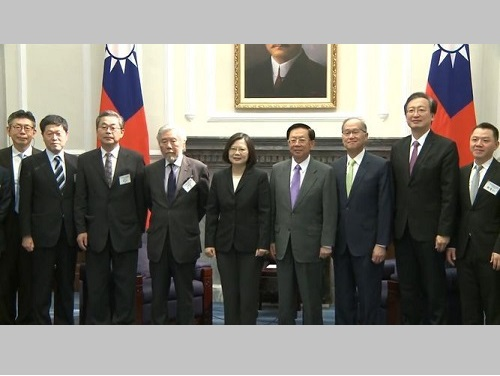 国際シンポジウム「台日戦略対話」の日本代表団と記念撮影する蔡英文総統(中央)