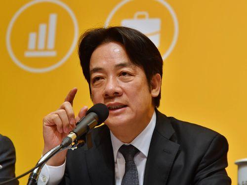 「新経済移民法」草案の内容について説明する頼清徳行政院長(首相)