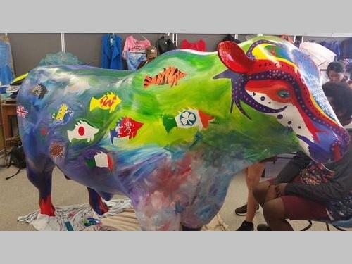 展示の際に塗りつぶされた中華民国国旗のイラストが描かれていた牛の像=フェイスブックより