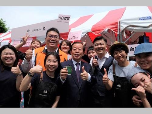 「台湾観光フェア」の出展ブースを視察する謝長廷代表(コップを手に持つ背広姿の男性)