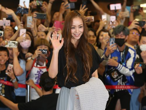 手を振りながら笑顔を見せる安室奈美恵