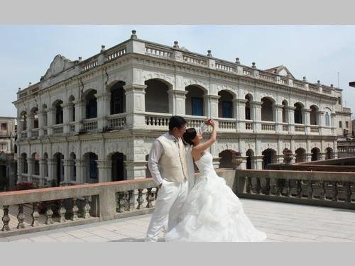 1921年に建てられた洋館「陳景蘭洋楼」での写真撮影を楽しむカップル