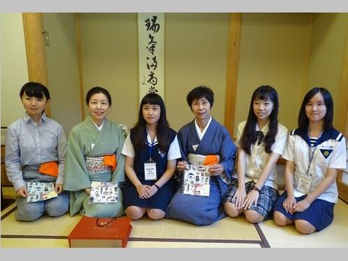 日本研修に参加した林苡涓さん(左から3人目)=嘉義高級家事職業学校提供