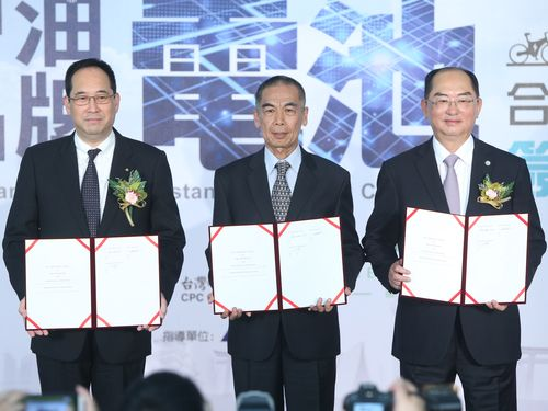 覚書を交わす(左から)TDKの石黒成直社長、台湾中油の李順欽総経理、碩城科技の劉添財董事長