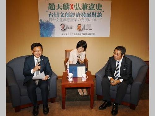 日台のクリエイティブ産業などについて意見交換する趙天麟立法委員(左)と弘兼憲史さん(右)
