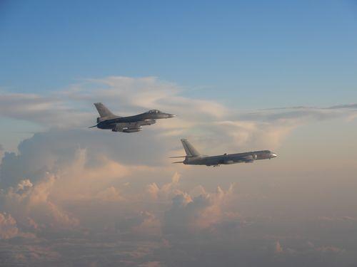 25日午前台湾周辺を飛行する人民解放軍のH6爆撃機(右)とその監視に当たる空軍のF16戦闘機(左)=空軍司令部提供