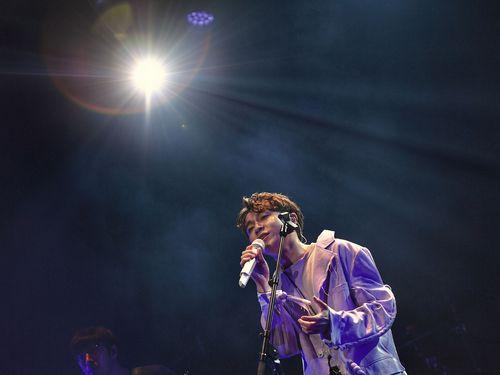 ソロデビュー曲「Everybody Woohoo」を初披露するチンフォン