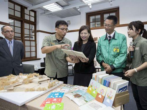 新竹市立動物園の楊家民園長(左2)から説明を受ける東武レジャー企画の日置岳人社長(右2)=新竹市立動物園提供