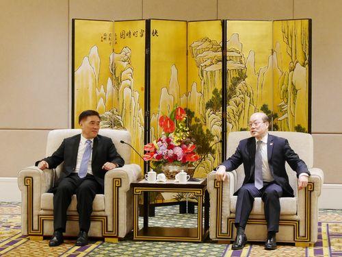 国務院台湾事務弁公室の劉結一主任(右)と会談する国民党のカク龍斌副主席