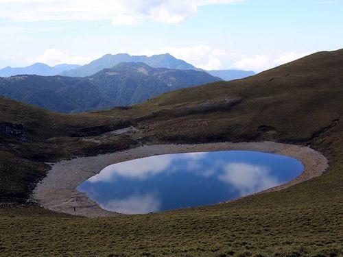 空梅雨の影響で水位が低下する嘉明湖=嘉明湖熊出没企業社提供