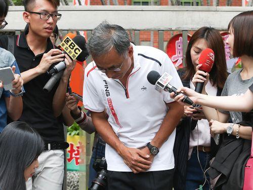 謝罪する台北教育大学附属 実験小の学務主任