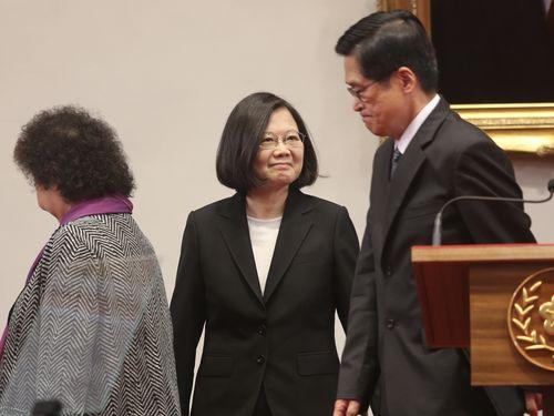 会見場で笑顔を見せる蔡英文総統(中央)