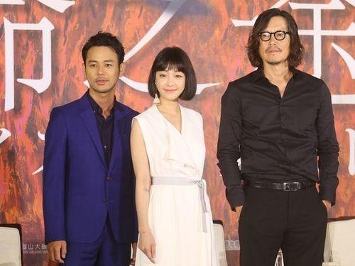 「パラダイス・ネクスト」のクランクイン会見に臨む(左から)妻夫木聡、ニッキー・シエ、豊川悦司