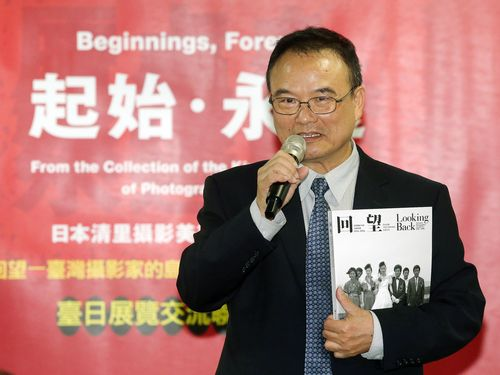 写真展「原点を、永遠に。」のPR記者会見であいさつをする台湾美術館の蕭宗煌館長