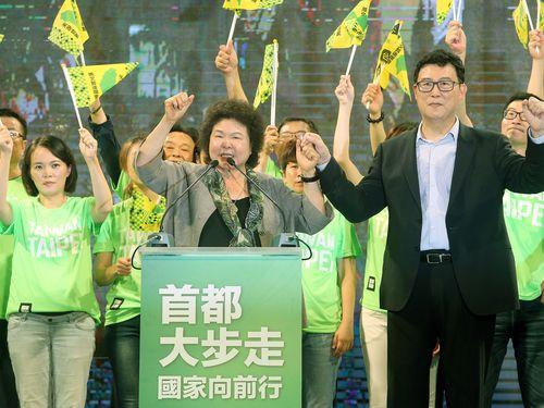 民進党の公認候補として台北市長選挙に出馬する姚文智氏(右)の決起集会で挨拶する陳菊氏