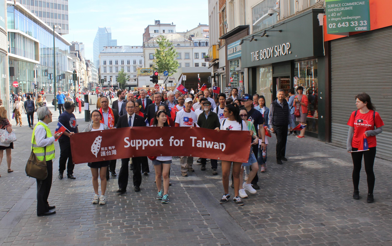 台湾人留学生らが中国大陸からの圧力に抗議しようと、ブリュッセルでデモ行進=駐欧州連合兼駐ベルギー代表処提供