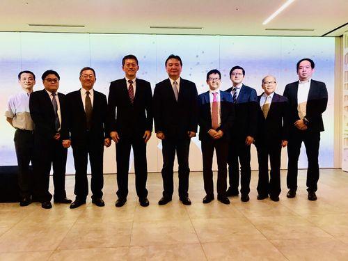 幹部職員を率い日本を訪問した許立明高雄市代理市長(中央)