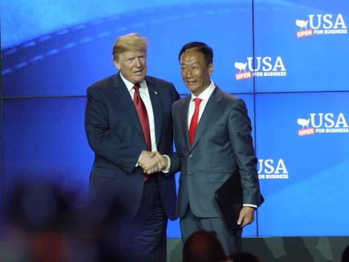握手を交わす鴻海の郭台銘董事長(右)とトランプ米大統領