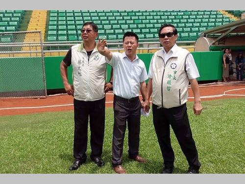 嘉義市立野球場を視察するト醒哲市長(右)ら