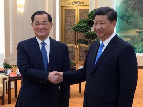 習近平氏(右)と握手を交わす連戦元副総統=2015年9月撮影