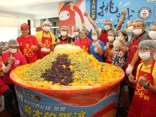 1554キロの重さでギネス記録を達成した台南市の超特大マンゴーかき氷