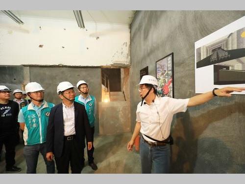映画文化施設「中山73」の建設現場を視察する林佳龍台中市長(手前右から2人目)