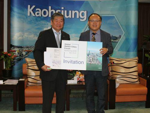 八戸市の小林真市長(左)と高雄市の史哲副市長=同市政府提供