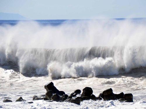 東部・台東の沿岸で観測される高さ6~9メートルの波