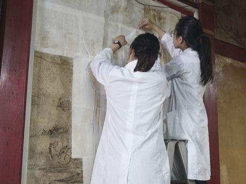 日本統治時代に活躍した台湾人画家が描いたフレスコ画を修復する様子