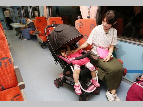 「親子車両」でくつろぐ女性とその子ども=資料写真