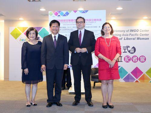 覚書調印式に出席する林佳龍・台中市長(左から2人目)ら